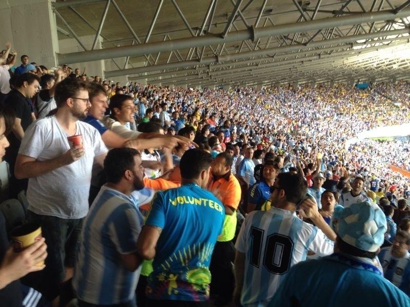 Torcedores do Brasil e da Argentina discutem nas arquibancadas do Mineirão durante a partida entre Argentina e Irã