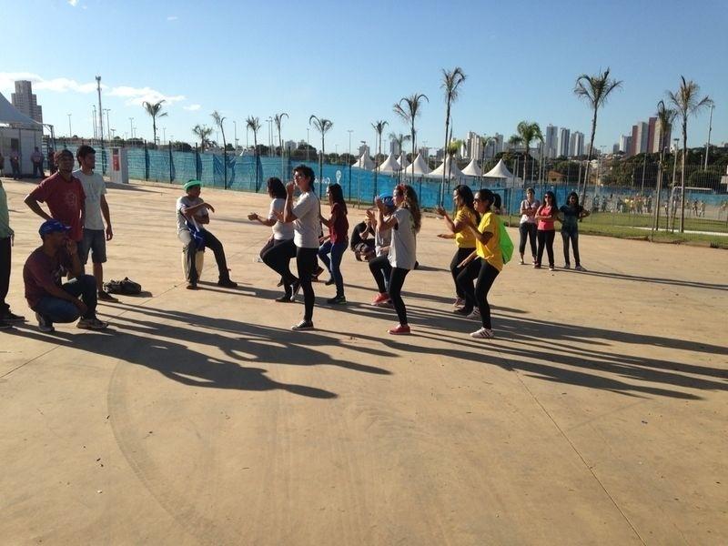 Torcedores ensaiam coreografia em frente à Arena Pantanal antes do jogo entre Bósnia e Nigéria