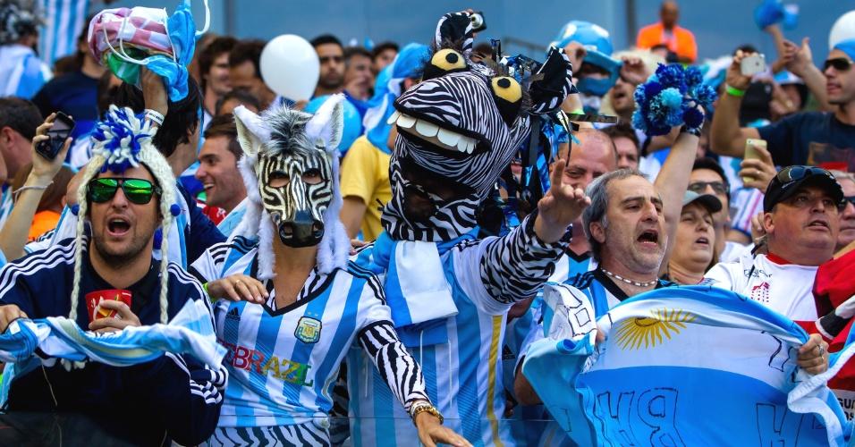 Torcedores fantasiados de zebra assistem ao jogo entre Argentina e Irã no Mineirão