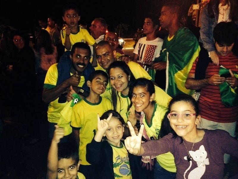 Torcedores levam crianças para recepcionar a seleção brasileira em Brasília