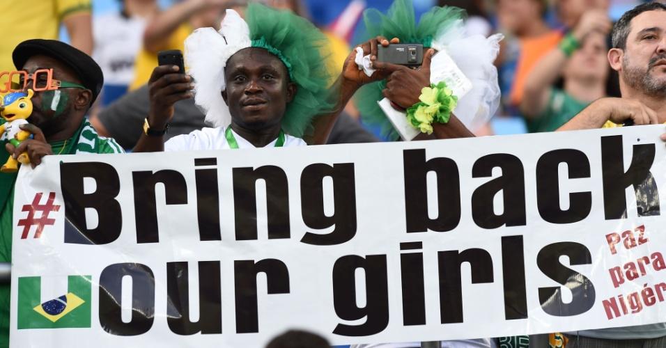 Torcida aproveita jogo para protestar. Faixa com a frase 'bring back our girls' faz referência às meninas raptadas na Nigéria pelo grupo extremista Boko Haram