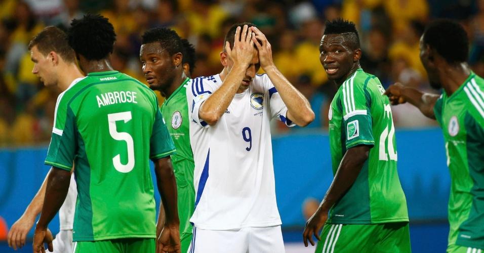 Vedad Ibisevic, da seleção da Bósnia, leva as mãos à cabeça após chance perdida