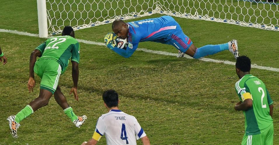 Vincent Enyeama, goleiro da Nigéria, tornou-se um dos destaques do jogo