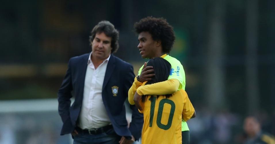 William abraça garota que invadiu o treino da seleção