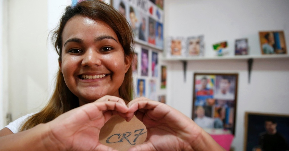 Yasmine Cesar, torcedora de 20 anos, faz um coraçãozinho ao mostrar sua tatuagem para Cristiano Ronaldo. De Manaus, ela coleciona artigos do português desde 2006