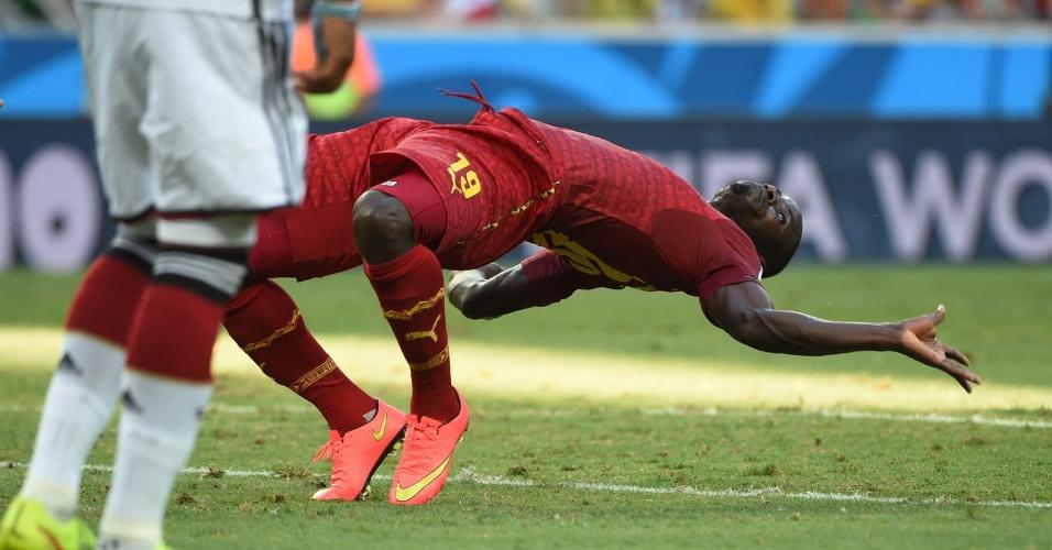 """21.jun.2014 - Zagueiro Jonathan Mensah, de Gana, mostra elasticidade semelhante à apresentada no filme """"Matrix"""""""