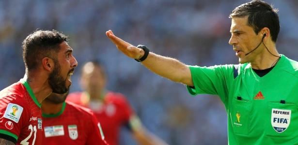 Ashkan Dejagah, do Irã, discute com árbitro Milorad Mazic durante partida contra a Argentina no Mineirão