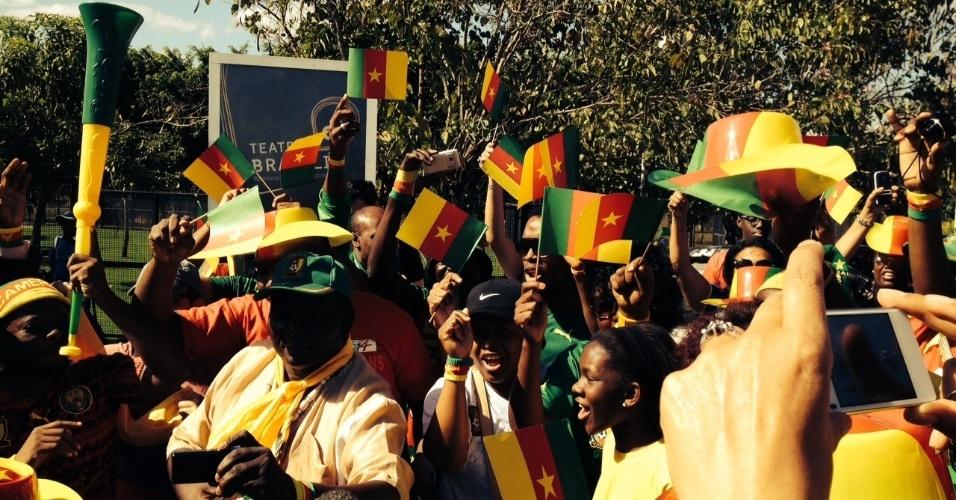 22.06.14 - Torcedores de Camarões fazem festa em frente ao hotel onde sua seleção está hospedada, em Brasília