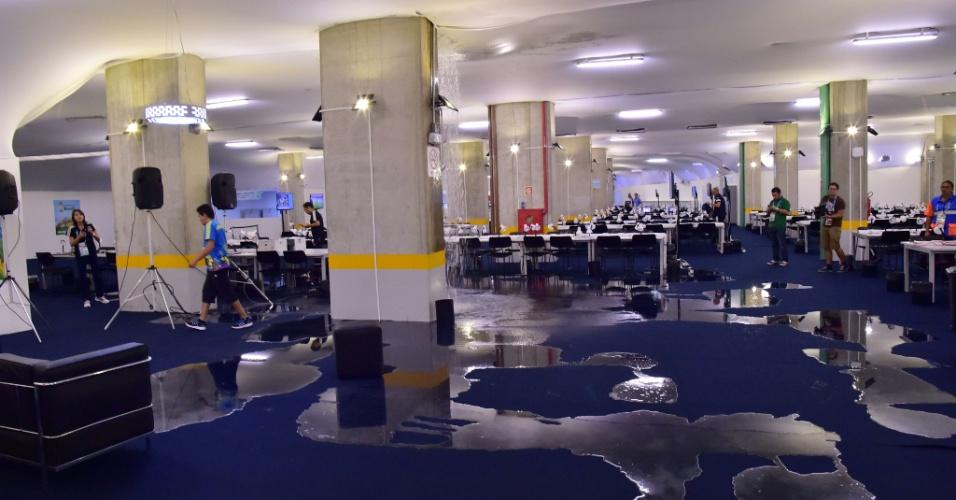22.06.2014 - Zona de imprensa na Arena das Dunas sofreu com um forte vazamento de água vindo do teto