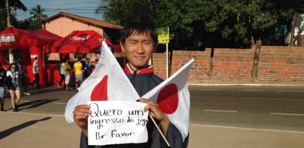 22.jun;2014 - Torcedor japonês usa fantasia e circula nas imediações da Arena Pantanal em busca de ingresso para jogo contra Colômbia na Copa de 2014