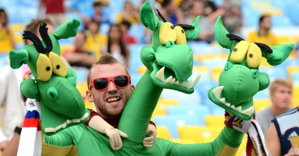 22.jun.2014 - Torcedor russo usa a imaginação e vai ao Maracanã vestido como um dragão de três cabeças