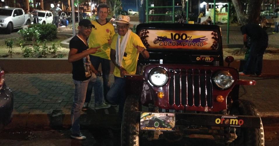 22.jun.2014 - Torcedores colombianos saíram do país natal no dia 1º de maio e viajaram de jipe até o Brasil para ver a Copa; agora, vendem café para bancar custos