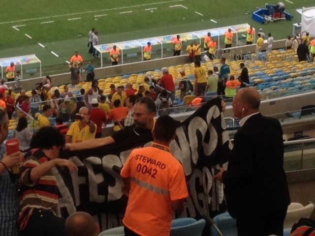 22.jun.2014 - Uma faixa foi levantada em protesto de convidados no Maracanã, reprimido pela Fifa