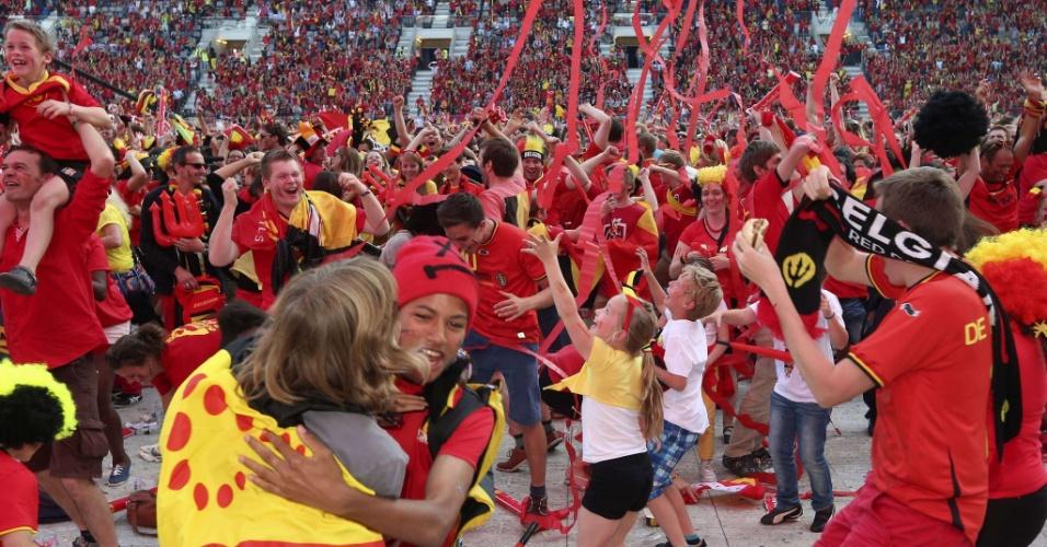 22.junho.2014 - Alegria toma conta de crianças e adultos que acompanharam partida entre Bélgica e Rússia na cidade belga de Ghent
