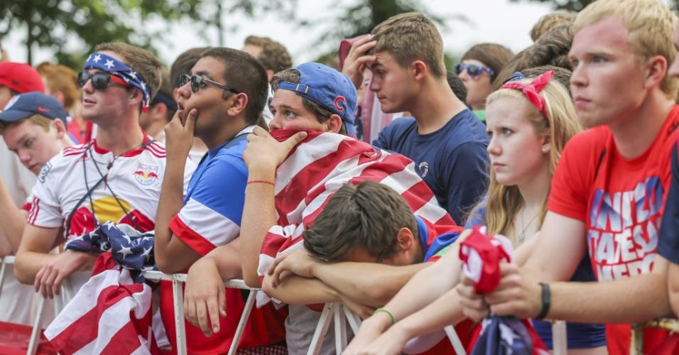 22.junho.2014 - Em Chicago, torcedores norte-americanos ficam desolados após gol de empate português aos 49 minutos do segundo tempo