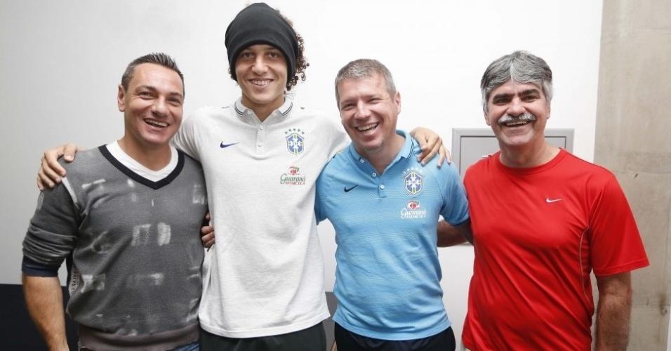 À esquerda, o técnico e ex-jogador Doriva, campeão paulista com o Ituano nesta temporada, posa para foto com David Luiz em Brasília
