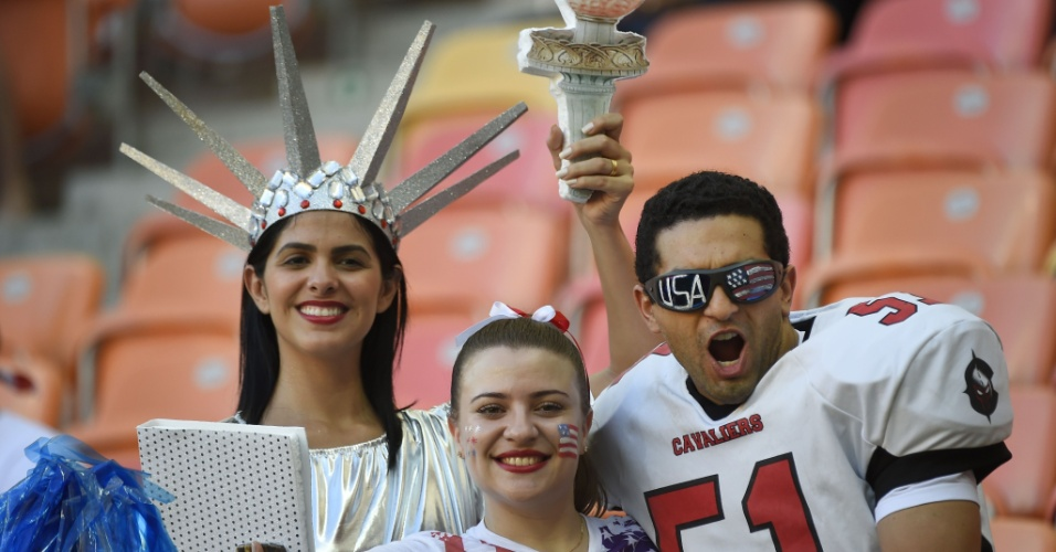 A Estátua da Liberdade, um jogador de futebol americano e uma cheerleader. Se a intenção era representar os Estados Unidos, não poderiam escolher fantasia melhor