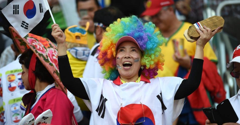 A torcedora contrastou o branco da bandeira coreana com uma peruca multicolorida