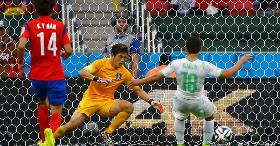 22.jun.2014 - Abdelmoumene Djabou marca o terceiro gol da Argélia contra a Coreia do Sul, em Porto Alegre