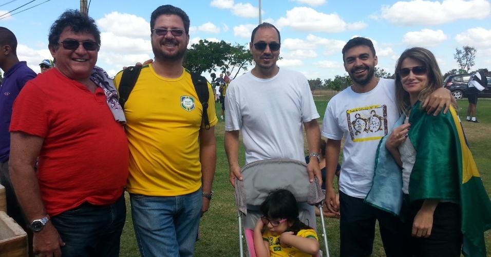 """Pais, tios e sobrinhos transformam a espera pelas Neymarzetes em uma mesa-redonda. Enquanto a criançada berra pelos jogadores grudada na grade, os adultos bebem uma cervejinha e """"cornetam"""" o time de Luiz Felipe Scolari."""