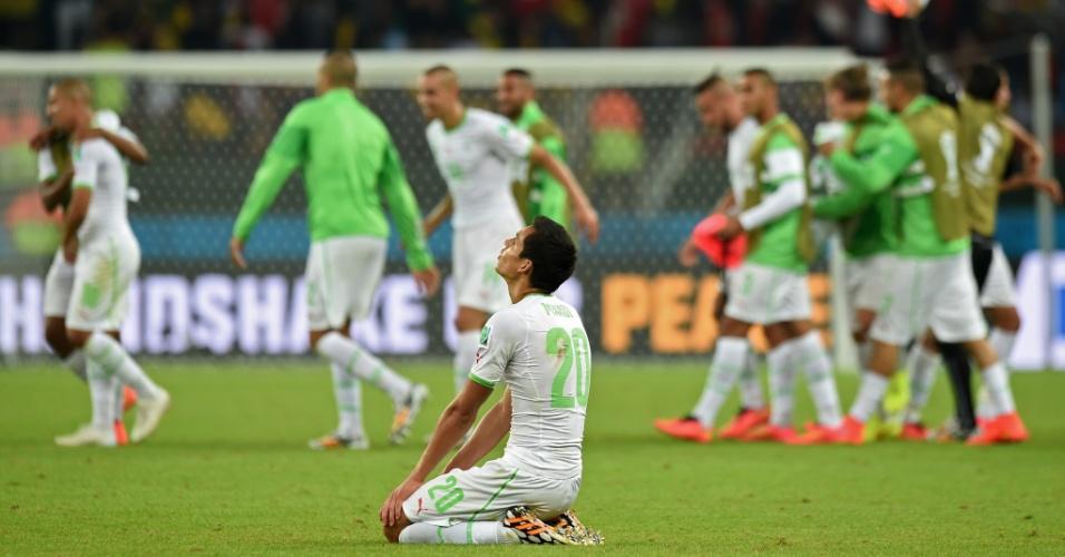22.jun.2014 - Aissa Mandi, da Argélia, fica de joelhos para agradecer a vitória sobre a Coreia do Sul por 4 a 2, no Beira-Rio