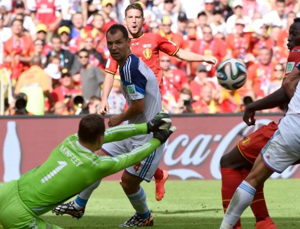 Akinfeev soca a bola para afastar o perigo da área da Rússia