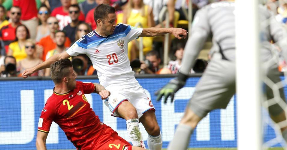 Alderweireld trava chute de Fayzulin durante partida válida pelo Grupo F entre Bélgica e Rússica