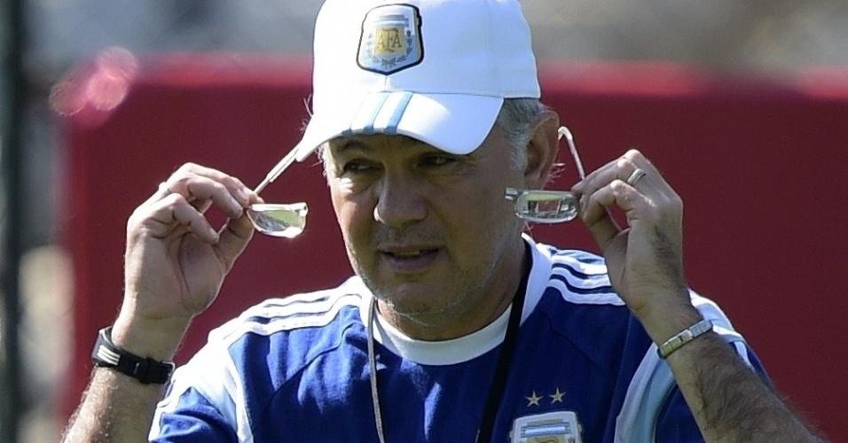 Alejandro Sabella arruma os óculos enquanto comanda treino da Argentina na Cidade do Galo