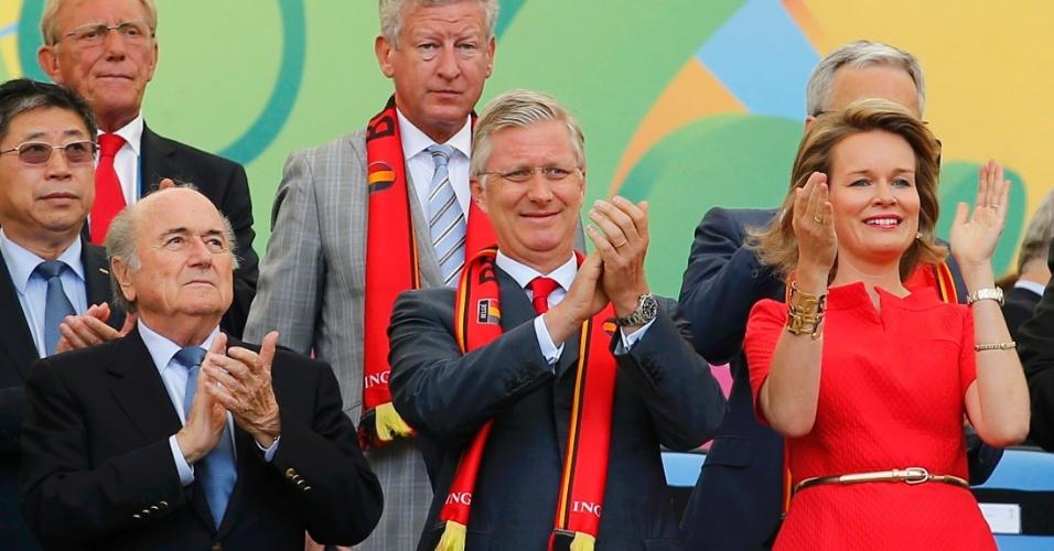 Ao lado de Joseph Blatter, rei Philippe e a rainha Mathilde da Bélgica acompanham a partida contra Rússia no Maracanã