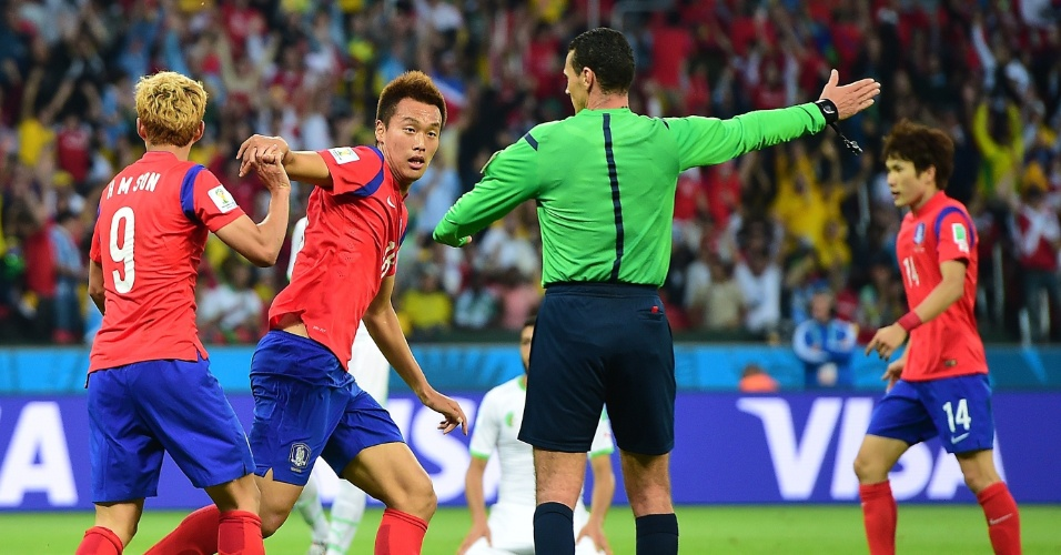 Árbitro confirma o segundo gol da Coreia do Sul na derrota para a Argélia por 4 a 2, no Beira-Rio
