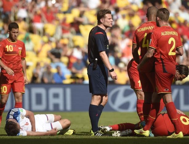 Árbitro conversa com jogadores da Bélgica durante partida no Maracanã