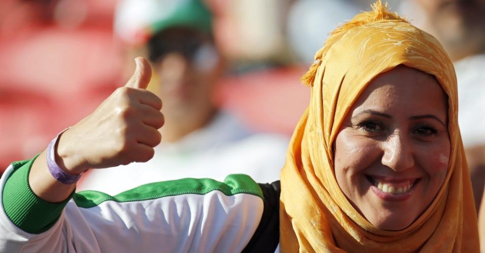 22.jun.2014 - Argelina aguarda o início da partida de sua seleção contra a Coreia do Sul, em Porto Alegre
