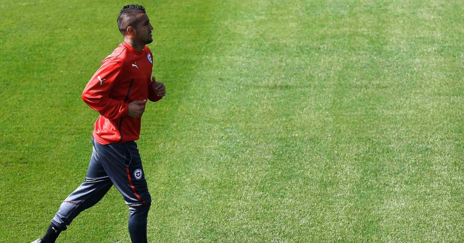 Arturo Vidal corre no campo do CT do Palmeiras durante treinamento do Chile