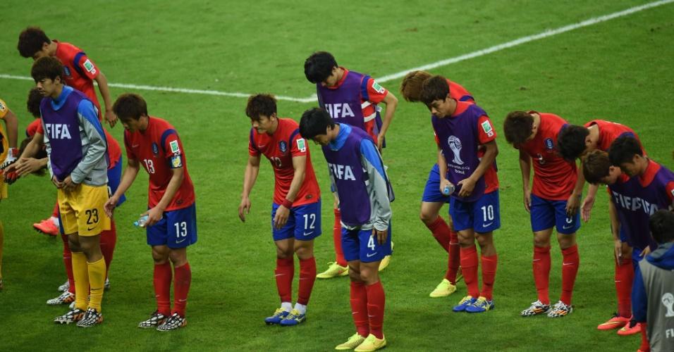 22.jun.2014 - Atletas da Coreia do Sul cumprimentam a torcida presente no Beira-Rio após derrota por 4 a 2 para a Argélia