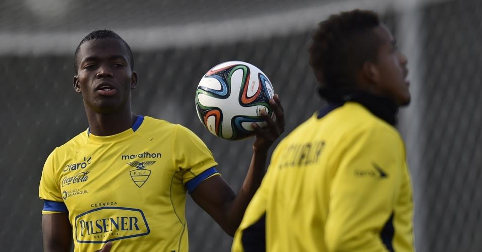 Autor dos dois gols da vitória sobre Honduras, Enner Valencia segura a bola durante treino da seleção do Equador, em Viamão