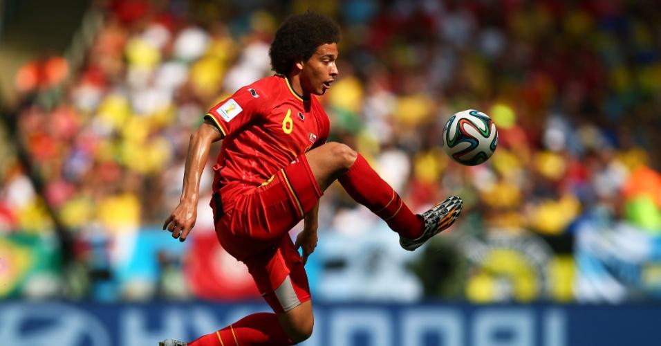 Axel Witsel domina bola no alto durante partida entre Bélgica e Rússia