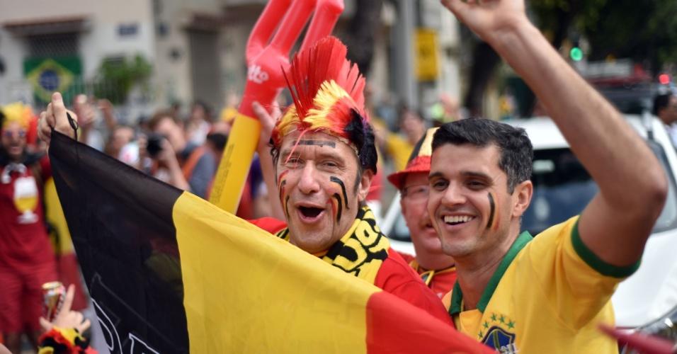 Belgas e brasileiros interagem do lado de fora do Maracanã antes de jogo contra a Rússia