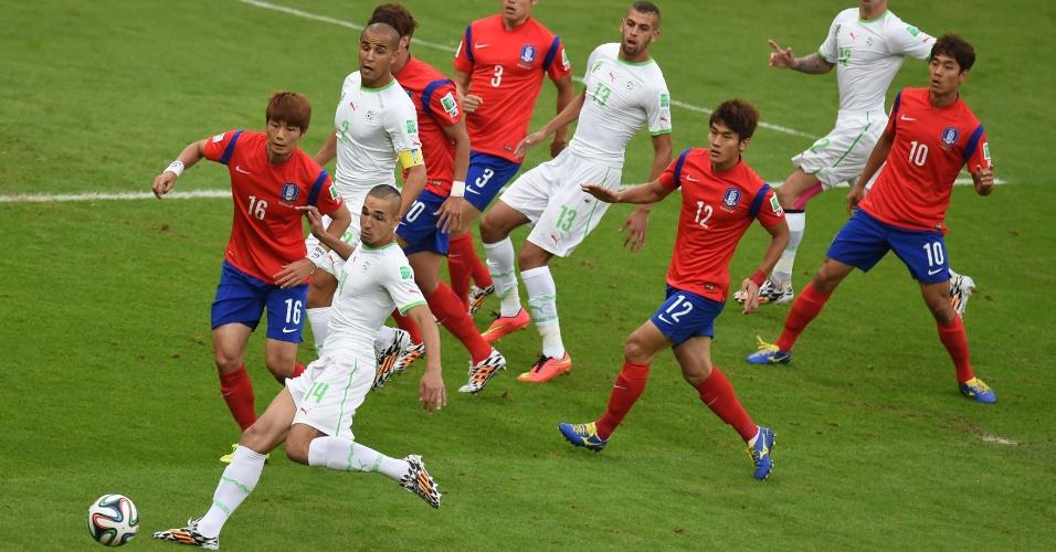 22.jun.2014 - Bentaleb, da Argélia, aguarda para finalizar a bola, marcado pela defesa da Coreia do Sul, na partida no Beira-Rio