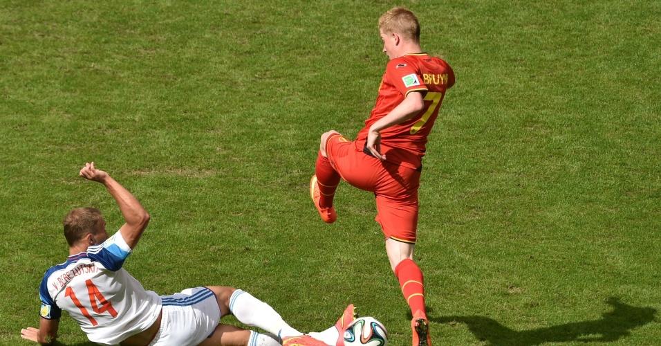 Berezutsky desarma Kevin De Bruyne durante partida entre Bélgica e Rússia