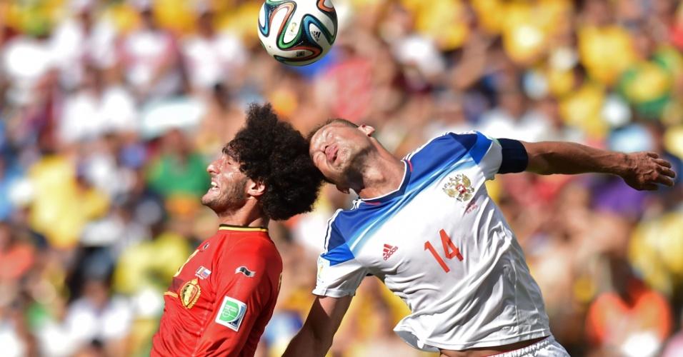 Berezutsky e Fellaini sobem alto para disputar bola de cabeça