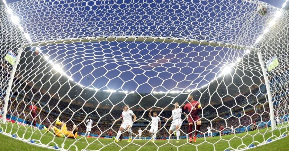 Bola estufa a rede em gol da seleção de Portugal na Arena Amazônia