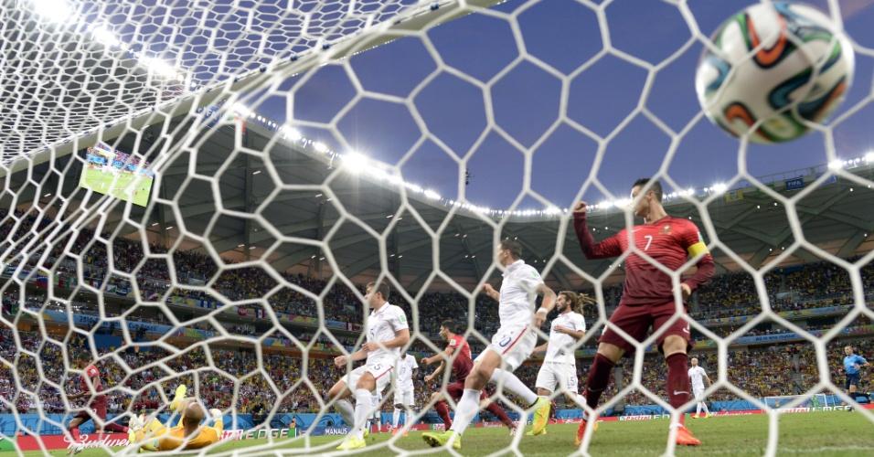 Bola estufa a rede no gol de Portugal na Arena Amazônia