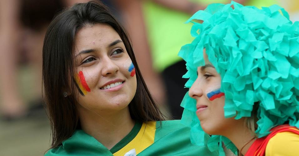 Brasileiras pintam o rosto com as bandeiras de Rússia e Bélgica