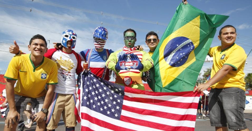 Brasileiros tiram fotos com torcedores norte-americanos antes do jogo contra Portugal