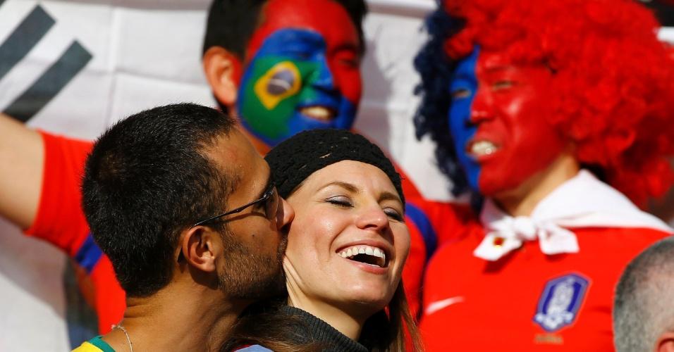 22.jun.2014 - Casal se beija durante a partida entre Coreia do Sul e Argélia, no Beira-Rio