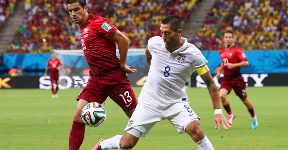 Clint Dempsey, dos Estados Unidos, domina a bola enquanto é observado por Ricardo Costa, de Portugal