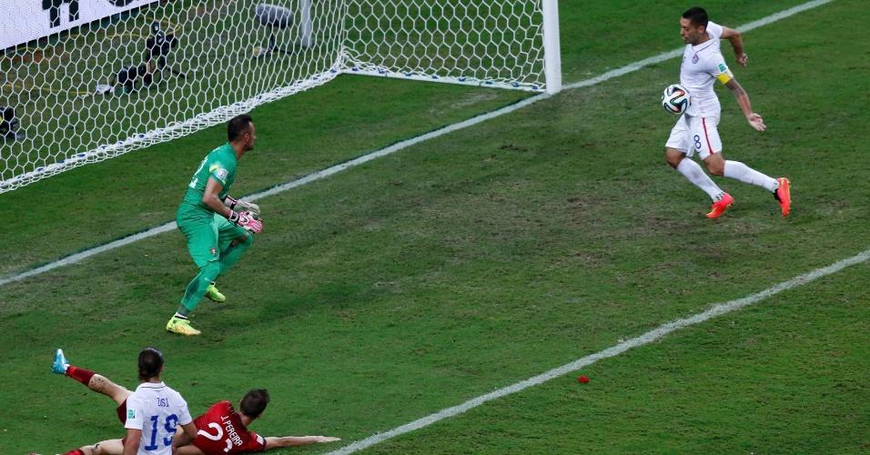Clint Dempsey finaliza de barriga para marcar o gol da virada dos Estados Unidos sobre Portugal
