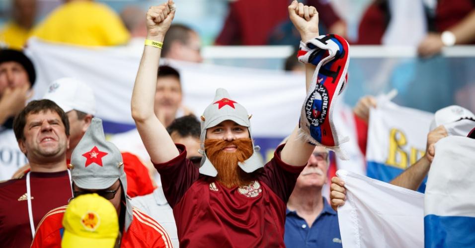 Como a natureza não presenteou o russo com uma poderosa barba, ele resolveu o problema usando uma artificial