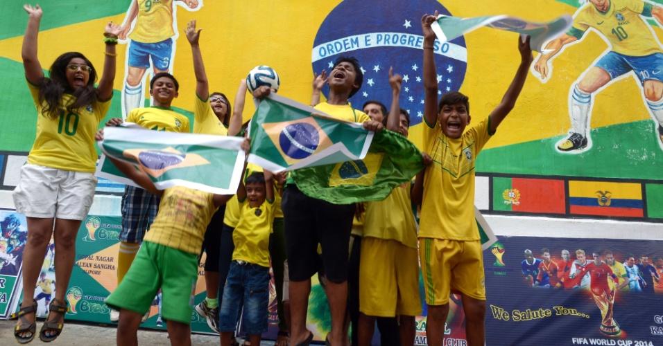 Crianças da cidade de Kolkata, na Índia, mostram bastante empolgação e torcem para a seleção brasileira na Copa do Mundo