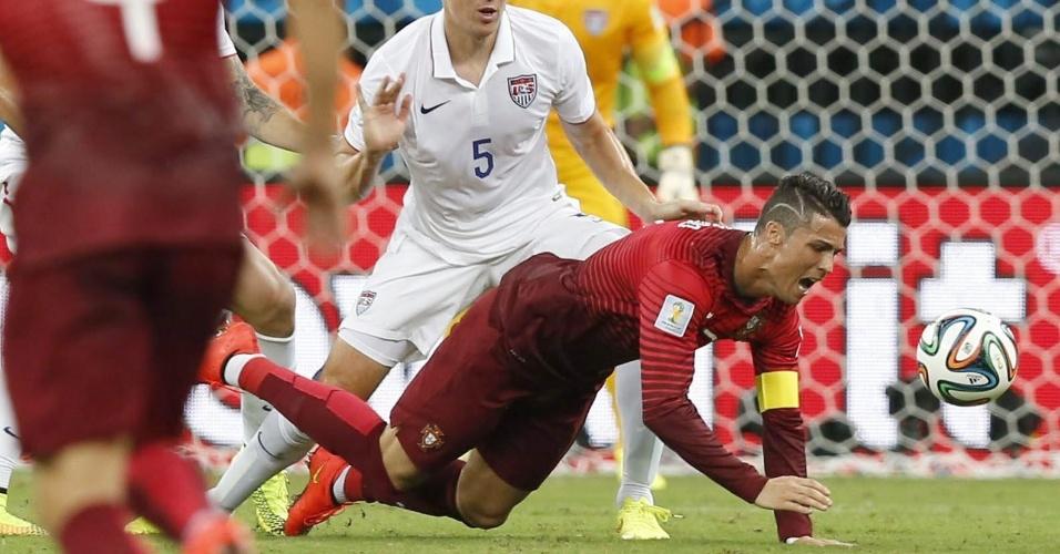 Cristiano Ronaldo de Portugal, cai no gramado da Arena Amazônia após chegada de jogador norte-americano